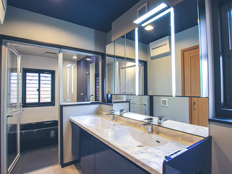 バスルームリフォーム ブルーで統一された美しい水まわり空間と効率的な収納スペース