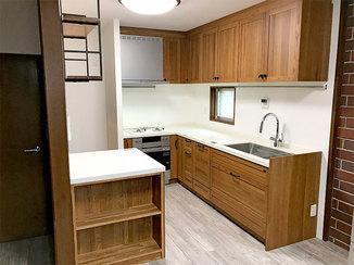 キッチンリフォーム お気に入りの家具とマッチする無垢材を使ったキッチン