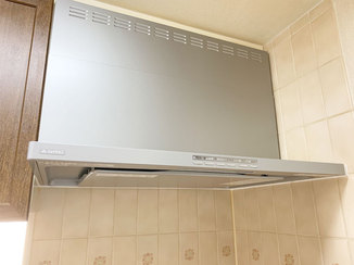 キッチンリフォーム 多機能なガスコンロと連動する掃除のしやすいレンジフード