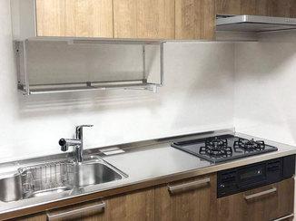 キッチンリフォーム 落ち着いた木目のカラーと白いパネルが映えるキッチン