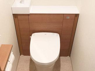 トイレリフォーム 内装に合わせたカラーの収納棚で統一感のある空間のトイレ