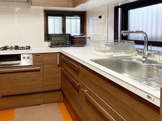 キッチンリフォーム コンセント増設でより便利になった、魚もさばきやすい広々L型キッチン