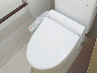 トイレリフォーム 手すりつき&オート開閉する便座の利用しやすい病院トイレ