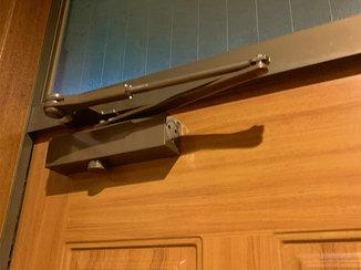エクステリアリフォーム 静かに閉まる玄関ドアと、キレイに補修した雨戸敷居