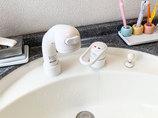 小工事操作が楽な傾斜タイプの洗面台水栓