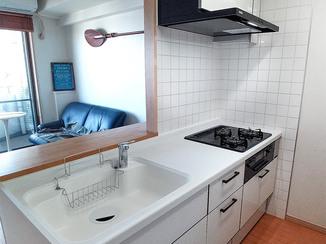 キッチンリフォーム ツートンカラーの使いやすいキッチンと、石目調フロアが上品なトイレ&洗面所